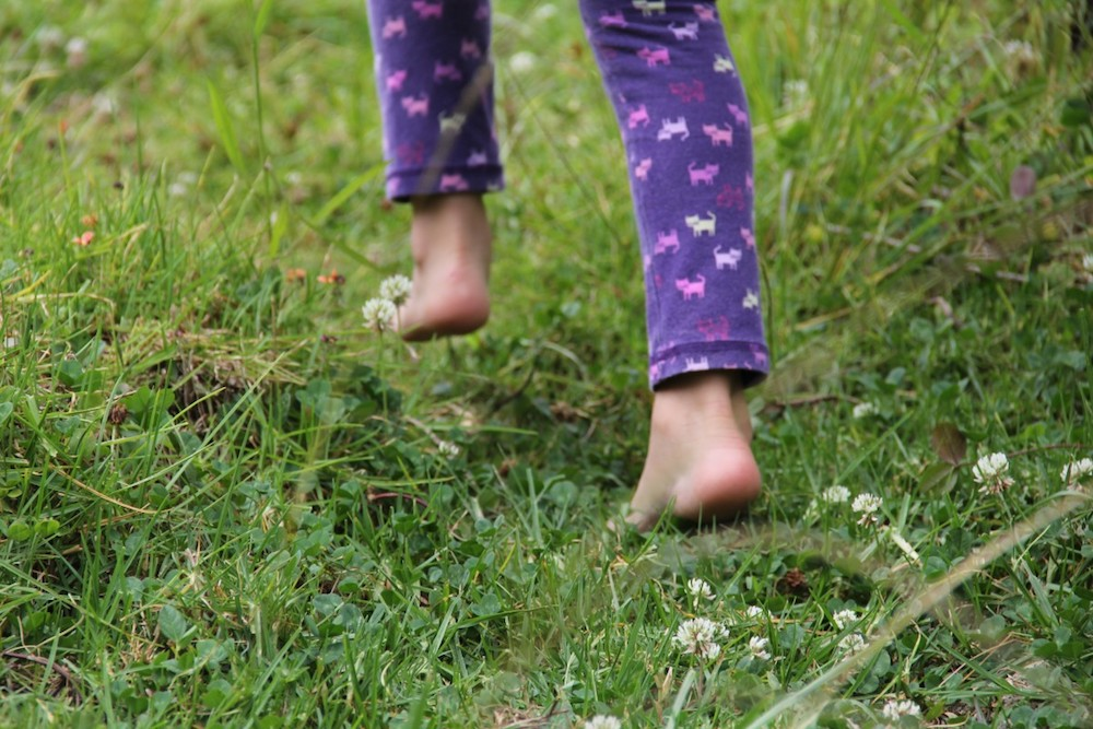 barefoot_child_people_girl_fingers_feet_relax_happy-928894.jpg!d.jpeg