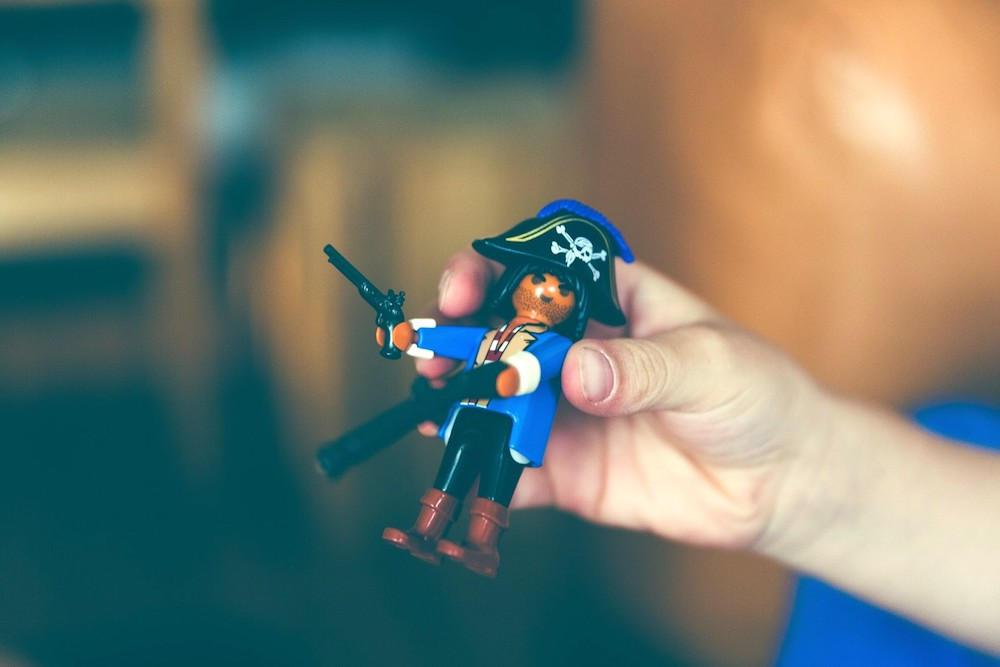 toy_pirate_playmobile_character_hand-153758.jpg!d.jpeg